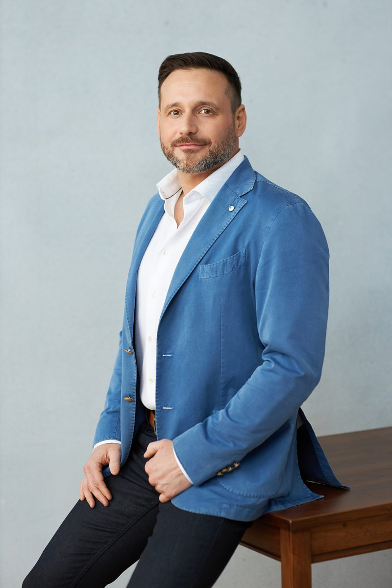 Montreal-personal-branding-male-three-quarter-portrait-blue-jacket-wooden-table